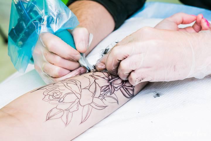 Tatuaż to często temat tabu, w związku z czym w...