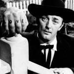 """''The Night Of The Hunter'' Jedyny film, jaki kiedykolwiek wyreżyserował Charles Laughton - jest  dziełem kina niezależnego. W filmie o cechach horroru i atmosferze bajki braci Grimm, pierwszoplanowa gwiazda ekranu Robert Mitchum występuje w roli podróżujący kaznodziei o imieniu Harry Powell (na zdj. z kłykciami """"LOVE"""")"""