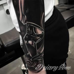 DrewAPicture jest tatuażystą, który przykłada...
