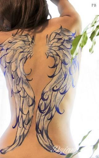 Anioły niczym z baśni, ale również te upadłe, niepokojąco groźne - takie tatuaże rozbudzają wyobraźnię! Anielskie wzory to różnorodność form, ale niezmienne podkreślanie starannej kreski. Doskonale sprawdzają się na męskim ciele, gdzie tworzą ciekawy kontrast.