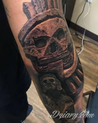 Tatuaże o niesamowitej drobiazgowości; starożytne wzory robiące wrażenie - zarówno małe jak i zajmujące kilkanaście lub więcej centymetrów. Tatuaże nawiązujące do świata Majów i czasów konkwisty to mnogość azteckich detali.