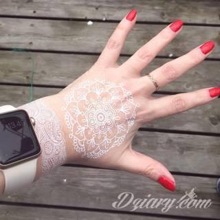 Białe tatuaże wyglądające np. na dłoni niczym delikatna, koronkowa rękawiczka. Świetne wzory dla kobiet dbających o nieprzeciętny image. Białe tatuaże o różnorodnym poziomie detali pozwalają na ozdobienie skóry w sposób subtelny i ujęty w formie symbolu.