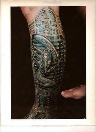 Tatuaże biomechaniczne tworzące swoisty przekrój człowieka. Rozbudzają wyobraźnię pokazując, że pod skórą kryją się nie tylko narządy, ale części mechaniczne. Tatuaże w takiej formie nawiązują trójwymiarem do wizji humanoida - ludzkiego robota.
