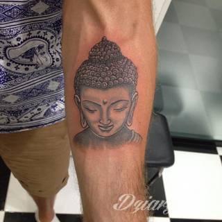 Tatuaże z wizerunkiem Buddy - połączenie pogłębionej symboliki i atrakcyjnej kolorystyki. Wzory o wszechstronnym zastosowaniu: zarówno niewielkie formaty na kończyny jak i wzory dostosowane do większych fragmentów ciała.