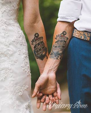 Tatuaże dla par podkreślające, że jedno nie istnieje bez drugiego. Świetne nie tylko dla małżeństw. Klimat tatuaży dla par podkreślony jest kolorystyką, ale też pomysłami: od humorystycznych po wizje połączonych puzzli czy nakreślone ważne dla par daty.