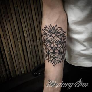 Tatuaże geometryczne niepokojąco kuszące wzrok. Łączą prostą formę opartą na kilku kształtach jak i duże formaty o spójnej kompozycji graficznej stworzonej z niewielkich symboli.