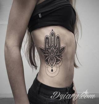 Hamsa, czyli ręka boga lub ręka opatrzności inspiruje osoby poszukujące symetrycznego, symbolicznego tatuażu nawiązującego do wierzeń. Zaletą tej kolekcji jest wielowątkowość kolorystyczna. Hamsa na tatuażu może przyjąć formę czarno-białą jak i nasyconą wieloma barwami.