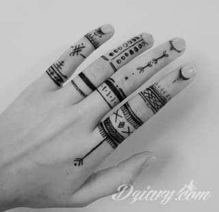 Tatuaże powracające do podstaw; handpoke to sztuka tworzenia zdobień nie maszynowo, a ręcznie. Tatuaże są lekkie, zazwyczaj niewielkie, ale zawsze nadzwyczaj oryginalne będąc swoistym nawiązaniem do korzeni skórnej grafiki.