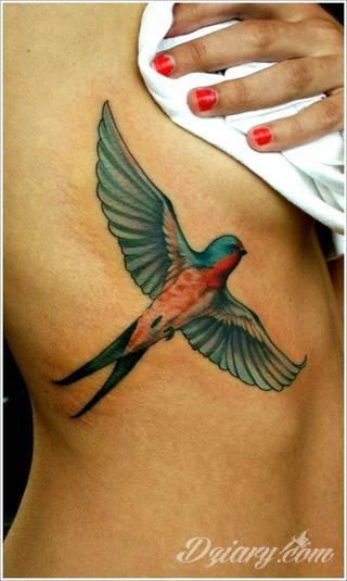 Ptak na skórze uosabia wolność i swobodę; tatuaże odwzorowujące jaskółki zachwycają lekkością i niebanalną kolorystyką. To grafiki zarówno o dużej dozie realizmu jak i będące motywami opartymi na fantazji twórców.