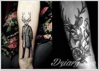 Skomplikowane graficznie projekty tatuaży dla odważnych. Jeleń doskonale pasuje m.in. do podkreślenia karku, ale sprawdzi się też jako symboliczne rozgałęzienie palców dłoni.