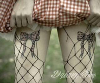 Ciekawe, przyciągające wzrok motywy kokardy to tatuaże, które idealnie pasują do ciała kobiecego. Lekkie, zwiewne, czasami wręcz frywolne - takie formaty wizualnie mogą zauroczyć.