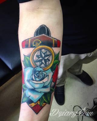 Grafika na skórze niczym mapa kierująca w konkretnym kierunku? Tatuaże, w których przewodnim motywem jest kompas pozwalają na wyjątkową wszechstronność zastosowania na ciele - od dłoni po np. ramiona.
