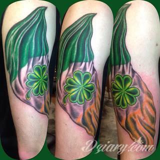 Zieleń doskonale podkreślająca kolor skóry - tatuaże w formie koniczyny to zarówno wzory subtelne i niewielkie, jak i spore formy, których centrum ciekawie zaaranżować można w np. znamieniu.