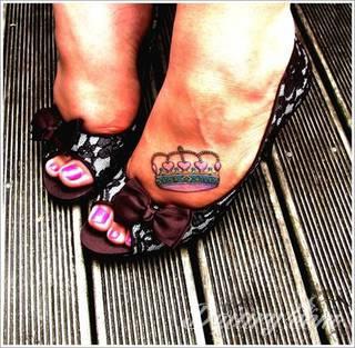 Korona na tatuażach przybiera różnorodne formy. To zarówno projekty skromne i zarysowane subtelnie jak i intensywnie kolorowe nakrycia o fantazyjnych kształtach. Tatuaże wpływające niewątpliwie na pokłady wyobraźni.