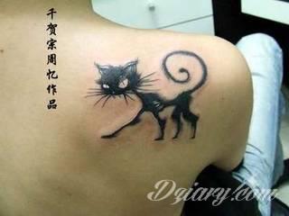 Kocie tatuaże to nie tylko duże projekty sympatycznych milusińskich. Tatuaże z kotami to również małe projekty, które dyskretnie ozdabiają miejsca częściowo zakryte - fragmenty uszy czy obręcz barkową.