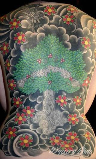 Dwa niewielkie owoce, rozbudowane drzewo zajmujące plecy a może płacząca kolorami wiśnia na łopatce? Każdy z motywów graficznych kwiatu wiśni ma swoją własną specyfikę, którą dopasować można do odbiorcy.