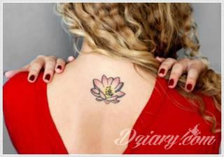 Motyw tatuażowych kwiatów to jeden z popularniejszych formatów tatuaży. Nie ogranicza się wyłącznie do mnogości kolorów. Tatuaż z kwiatami to także organiczna, sucha forma o ciekawej estetyce.