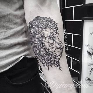 Prosta kreska, ale i skomplikowana grafika zadziwiająca ilością szczegółów - warianty tatuaży z lwem to szczególnie dużo opcji. Łączy je jedno - płynący z grafiki niepokój i dynamika ruchu.