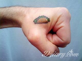 Małe tatuaże świetnie kryjące się na ciele tak, by wizualny dostęp mieli do nich nieliczni i wtajemniczeni. Niewielkie tatuaże na skórze o bogatej kolekcji formuł i zdobień zarówno dla kobiet jak i mężczyzn.
