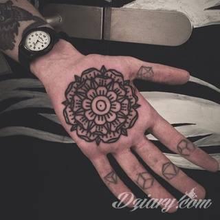 Tatuaże szczególnie ciekawie wyglądające na dłoniach i przedramionach. Wzory mandale to tatuaże o idealnie dobranej proporcji i wizualnej równowagi formy. Charakteryzują się szerokim zakresem wariantów użycia.