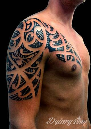 Tatuaże nawiązujące do Maorysów, klimatu wysp Polinezji i stylizacji pierwszych ludzi. Rozbudowane, pełne kształtów wzory idealne na męskie, silne ciała. Doskonale eksponujące tkankę mięśniową.
