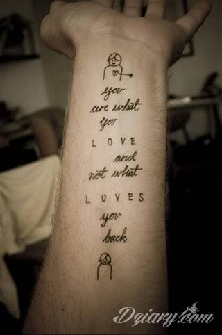 Tatuaże miłosne; aforyzmy i cytaty podkreślające siłę uczucia, ale również oryginalne formaty graficzne oparte na motywie podwójnych ozdobień. Tatuaże dla zakochanych w każdym wieku.