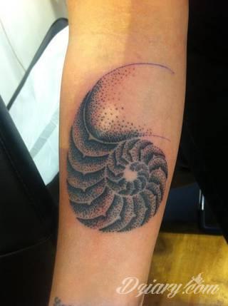 Skromne w formie tatuaże minimalistyczne ograniczające się do niewielkich kształtów i oparte na jednym kolorze. Doskonałe dla osób pragnących w niewielki sposób symbolizować konkretny przekaz.