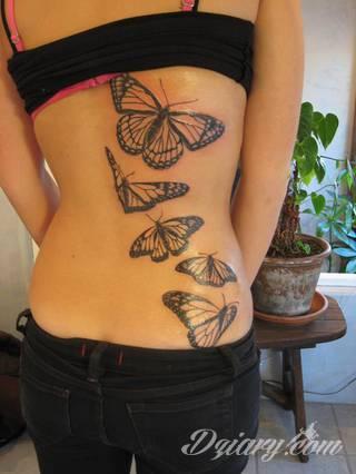 Lekkość, zwiewność, skromność - z tym kojarzą się tatuaże w kształcie motyli. Popularny kobiecy wzór, dzięki prostocie i niewielkim rozmiarom, bywa używany również w miejscach intymnych.