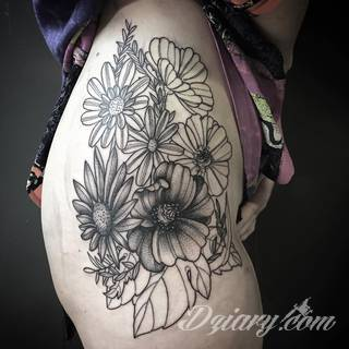Tatuaże na biodrze idealne dla podkreślenia smukłości zgrabnego ciała. Mają charakter intymny, ale mogą dyskretnie wychodzić poza ten fragment skóry niewątpliwie kusząc wzrok. Doskonałe wzory dla pewnych siebie kobiet.