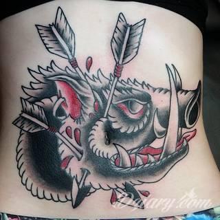 Tatuaże na brzuchu to ogromne możliwości ekspresji własnego ja; grafiki dopasowane do konkretnego kształtu - naturalistyczne obrazy jak i fantazje związane z tajemniczym ludzkim wnętrzem.