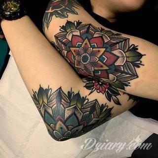 Łokieć to idealne miejsce na niebanalny tatuaż, który dopasowany formą jest do specyfiki tej części ciała. Pajęczyny, równomiernie ułożone okręgi, a czasami niewielka twarz - różnorodność formatów jest imponująca.