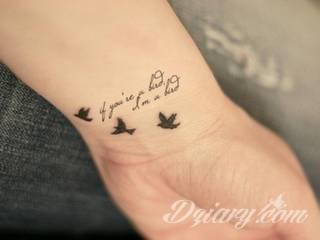 Wzory tatuaży na nadgarstki mogą być zarówno skromne i symboliczne jak i rozbudowane zarówno pod względem formy jak i kolorystyki. Cytaty, niewielkie krzyże, ale też spore koniczyny - wybór jest ogromny.