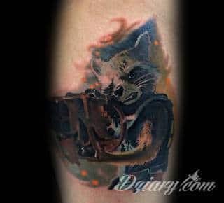 Tatuaże na lodze - szczególnie na łydce - w imponujący sposób nadają ciału dynamiki. Pozwalają na ciekawe wkoponowanie kończyny w większy układ graficzny. Tak powstają tatuaże, które z nogi czynią obraz.