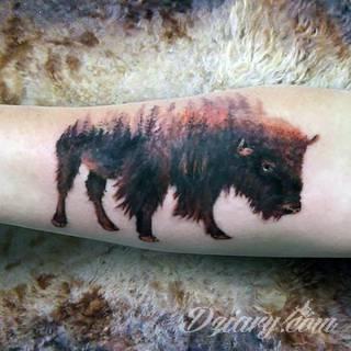 Tatuaże na barku czy na ramieniu to swobodne wariacje: motywy geograficzne, twarze, wzory lub teksty - grafiki na ramionach dają wyjątkowy wybór motywów i rozwiązań.