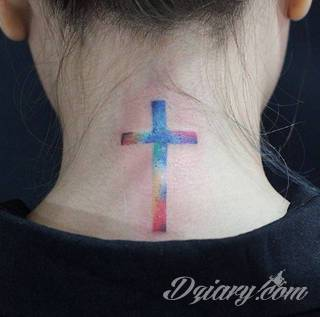 Tatuaż na szyi lub na karku jest głównie domeną mężczyzn, ale odpowiednia aranżacja daje również sporo opcji kobietom. To zwykle mocne, wyraziste grafiki o fantazyjnych kształtach inspirowanych wyobraźnią.