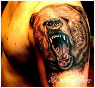 Tatuaże niedźwiedzie to wzory z prostym przekazem - groźne zwierzęta nadają ciały wyraźnej drapieżności. Grafiki z niedźwiedziem świetnie sprawdzają się przede wszystkim na męskich, silnych ramionach.