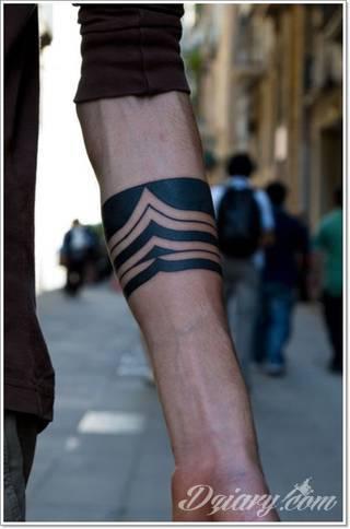 Z jednej strony lekkie i subtelne, z drugiej - wyraziste i bardzo wyeksponowane. Tatuaże w formacie opasek sugerowane są tam, gdzie można ją efektownie zamknąć na ciele. To przeguby, ramiona, uda; zdarzają się jednak również opcje nietypowe.