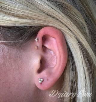 Tatuaże modyfikujące ciało - nie tylko dla osób ceniących sobie alternatywny styl bycia. Dobrze wykonane tatuaże łączące grafikę i pierścienie czy kolczyki stanowią intrygującą kompozycję na każdym fragmencie skóry; szczególnie w miejscach zazwyczaj zakrytych.