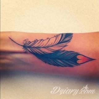 Wielkie możliwości aranżacji sprawiają, że wzór piór to kopalnia pomysłów na ciekawe tatuaże. Rysunki nawiązują w ten sposób zarówno do natury i swobody ptaków jak i historii - tworząc wzory niczym husaria lub indiańskie pióra z Dzikiego Zachodu.