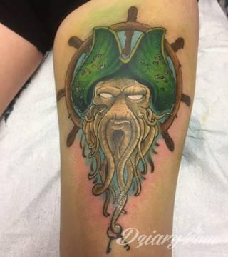 Dzikość tatuaży nawiązujących do tradycji pirackich od lat cieszy się niesłabnącą popularnością. Rysunki z piratami to motywy jednorękich bandytów, haków zamiast dłoni czy przepasek zasłaniających jedno oko. Zawsze są groźne, zawsze zastanawiające i zawsze ciekawe pod względem grafiki.