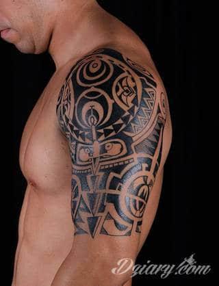Fantazja, jaką dają wzory polinezyjskie jest ograniczona wyłącznie wyobraźnią. Tatuaże etniczne Maori to plemienne grafiki sięgające do wyjątkowych tradycji graficznych z rejonu wysp pacyficznych - jakże egzotyczne w dzisiejszych realiach.