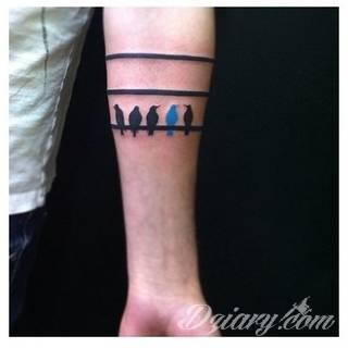 Swoboda, lekkość, unoszenie się gdzieś ponad ziemią - z tym kojarzą się tatuaże z ptakami. Sowy, jaskółki, groźne kondory - wszelkie ptaki są wdzięcznym motywem na rysunki. Szczególnie popularne są wzory tatuaży z ptakami na łopatkach.