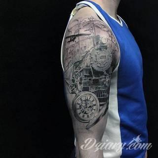 Niesamowite w swojej formie tatuaże-rękawy zajmują cała powierzchnię ramiona i przedramiona. Tworzą jednolitą zdobiącą ciało całość. Taki graficzny rękaw na skórze to tatuaż szczególnie ciekawy w przypadku aktywnych, silnych mężczyzn.