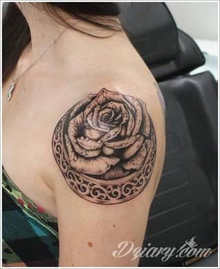 Jeden z najpopularniejszych formatów graficznych na tatuaże. Róża, kwiat o wyjątkowej symbolice, to grafika o szczególnej kolorystyce na ciele. Królowa kwiatów - za którą uważana jest róża - to ciekawie skomponowane wymiary rysunków: niewielkie jak i komponowane np. z czaszką.