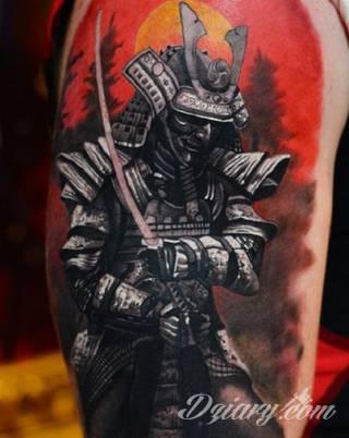 Drapieżne tatuaże niczym wprost z ciał japońskich wojowników doceniane są za różnorodność i oryginalność. Samurajskie tatuaże to przede wszystkim drobiazgowość kreski połączona z czasami fantazyjną kolorystyką. Japońskie wzory najczęściej nawiązują do motywu azjatyckiego miecza.