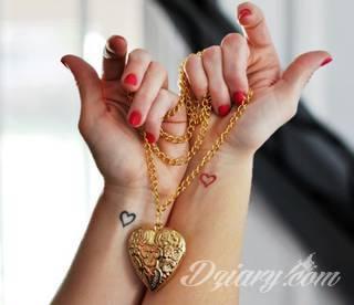 Motyw serca na tatuażu to ogromna różnorodność. Serce przybiera bowiem formę fantazyjną jak i naturalistyczną - jest zarówno symbolem jak wytatuowanym na skórze organem. Tatuaże z sercem świetnie sprawdzają się też jako tło to grafik romantycznych i podkreślający związek dwóch osób.