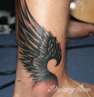 Klasyka światowego tatuażu - skrzydła, które unoszą właściciela gdzieś poza prozę życia. Rysunki na ciele ze skrzydłami w centrum nie oznaczają jedynie dużych formatów. To również niewielkie symbole skryte często gdzieś w miejscach na codzień ukrytych.