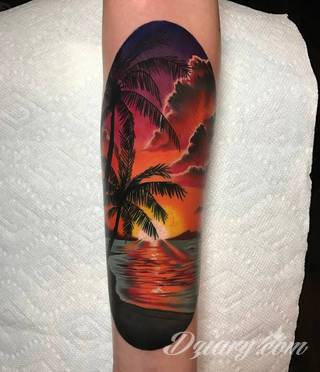 Tatuaże prezentujące słońce to wyjątkowy wybór form. Słońce przybiera kształt ludzki, bywa całkowicie naturalistyczne, zajmuje na ciele duży fragment jak i bywa niewielkim symbolem na karku czy łokciu. Symbolika słońca na tatuażu nawiązuje bezpośrednio do pokładów wielkiej energii właściciela.