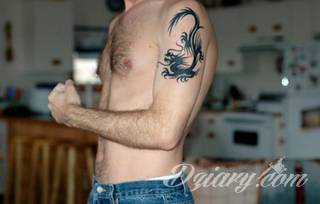 Smok na skórze to od lat jeden z najpopularniejszych wzorów tatuaży. Grafiki stają się mini-dziełami sztuki. Tatuaże ze smokami są pełne detali - zarówno cienkiej kreski, jak i wielu zastosowanych kolorów. Tego rodzaju grafiki sprawdzają się przede wszystkim w opcji wielkoformatowej.