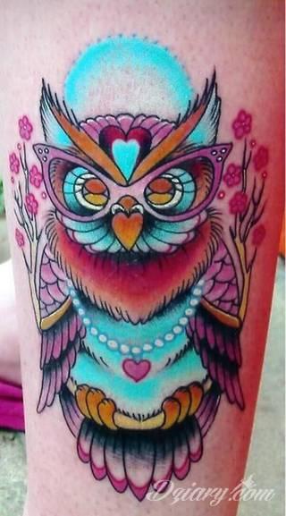 Tatuaże z sową symbolizują cierpliwość, wiedzę i inteligencję. Nie są, jakby mogło się wydawać, statyczne i wyłącznie melancholijne. Sowa szczególnie ciekawie wygląda na ramionach. Odpowiednio zarysowana, podkreśla charakterystyczną budowę szczególnie męskiego ciała.